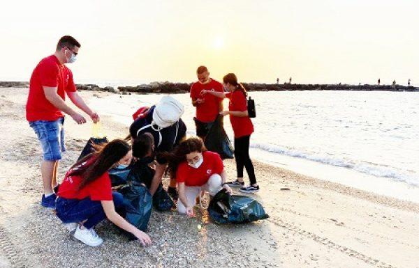 חברי מועצת הנוער העירונית התגייסו לנקות את חופי חדרה, גם כדי להוות דוגמה למבוגרים